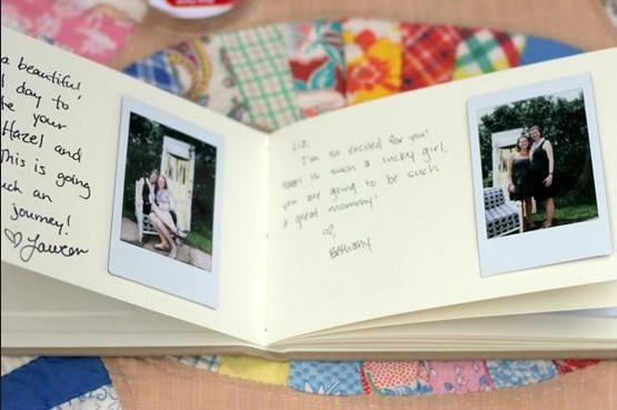 exemple d'utilisation d'un polaroid avec un livre d'or